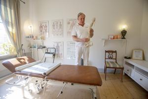 Bengt-Göran Wikström driver en ryggmottagning i Gävle men är inte legitimerad kiropraktor. Att han ändå kallade sig kiropraktor i en tv-intervju blev hans fall när han precis valts till kommunalråd för centerpartiet i Gävle.