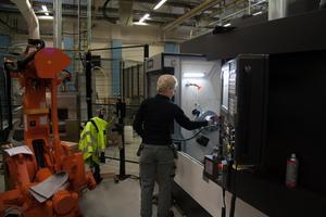 Montören Minna Eriksson testkör de nya maskinerna.
