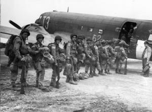 Amerikanska fallskärmsjägare bordar sitt transportplan före avfärden mot det tyskockuperade Nederländerna 17 september 1944. Foto: AP/TT