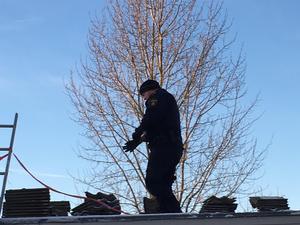 Polisen undersöker taket på platsen där olyckan inträffade.