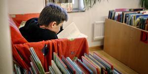 """Föräldrar och barn kommer att få svårare att besöka biblioteket om öppettiderna dras ner och det blir även svårare för förskolan att komma dit för att låna böcker. """"Läslusten riskerar att bli lidande och minska"""", konstaterar Gunilla Falk. (Arkivbild)"""