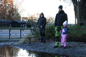 Tommy Oskarsson provar fiskelyckan vid Kumlasjön, tillsammans med Jimmy Persson och hans dotter Molly Björk.