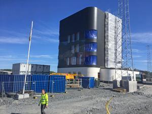 I den nya hamnens huvudbyggnad kommer både Stockholms Hamnar och Hutchison Ports ha verksamhet.
