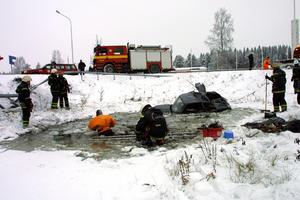 Mannen hade hamnat på taket i dammen, men tack vare att han var obältad hade han lyckats ta sig ut ur bilen och sedan upp genom isen. Dammen var cirka 130 centimeter djup. Foto: Matsåke Persson
