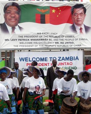 Kinas president Hu Jintao and Zambias president Levy Mwanawas välkomnas till Lusaka. Besöket handlar om ekonomiskt samarbete. Bild: AP Photo/Joseph J. Schatz
