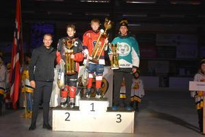 Nicklas Lidström med lagkaptenerna för de tre medaljlagen: Vaclav Raichl, Bilina, Melvin Novotny, Täby och Axel Bjurman Viggbyholm.