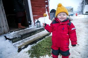 Knäckäpplen hör en julmarknad till. Det tyckte också 2-åriga Sally Tång som fick testa sätta tänderna i sitt allra första.