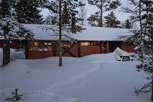 Fjällhus i norsk hytte-stil med mycket fönster som ger en känsla av direkt kontakt med naturen. Foto: Fastighetsbyrån.