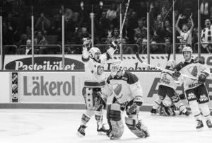 Jarmo Mäkitalo jublar efter mål mot Djurgården i den tredje SM-finalen 1989. Foto: Bildbyrån.