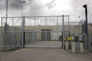 Det är orimligt att brottslingar som Kriminalvården anser vara farliga, trots många år av fängelsevård, släpps ut i förtid. Det är ett hån mot dem som utsatts, till exempel för våldtäkt. Den automatiska frigivningen efter två tredjedelar av strafftiden måste avskaffas. Foto: Anders Sjöberg.