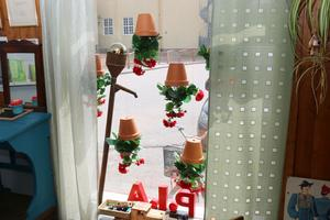 Blommorna hänger upp och ner i fönstret i Pias frisersalong.