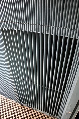 Omsorgen om detaljerna är stor. Den här träpanelen – som förutom i hallen även återfinns i innertaket och på vissa altandörrar – är specialbeställd för huset. Här släpper springor ut värmen från det gömda, inbyggda elementet .