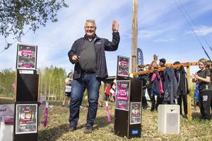 Jan Setterberg var glad över att å Länsförsäkringars vägnar få dela ut 30 000 kronor till Alfta-Ösa OK för deras insats med Hittaut.