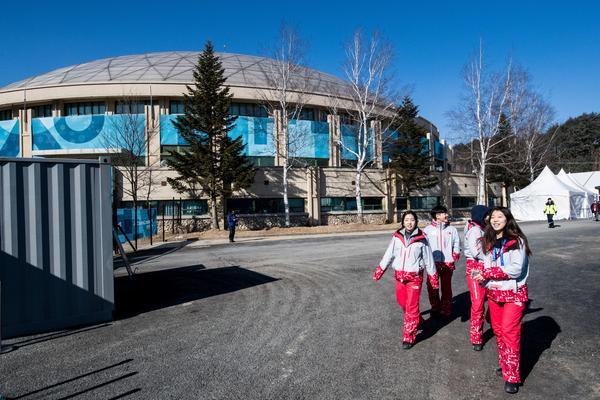 En rad volontärer ställer upp och hjälper till i OS-byn. Foto: Petter Arvidson (Bildbyrån).