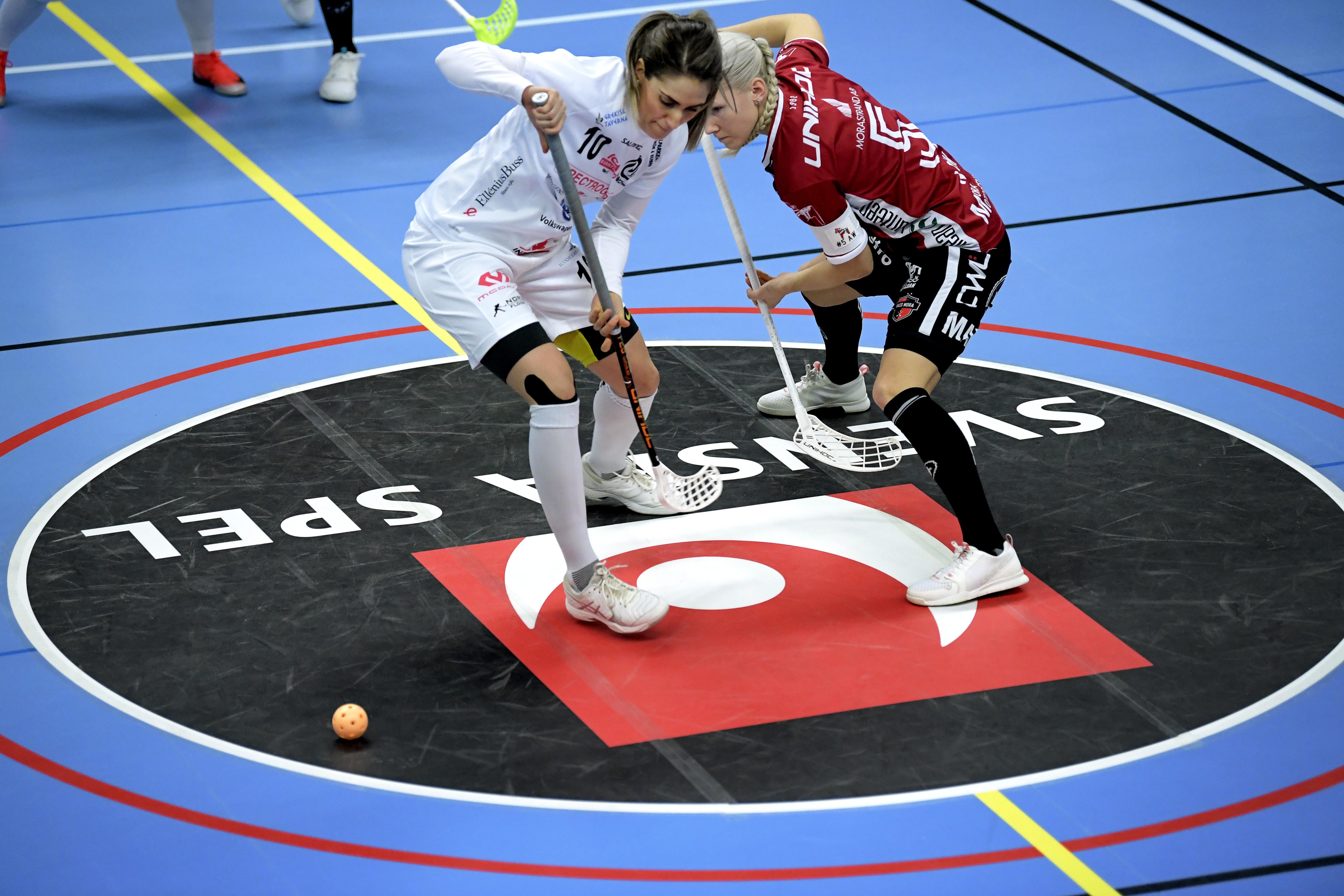 Ranja Varli och Anna Wijk tekar under ett möte lagen emellan tidigare den här säsongen. Bild: Janerik Henriksson/TT.