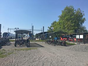 På grusplanen intill cykelparkeringen finns plats så att det räcker och blir över för en offentlig toalett.