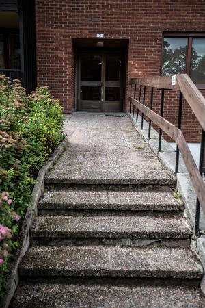 Här utanför porten i ett av hyreshusen längs Slättavägen överfölls Therese.