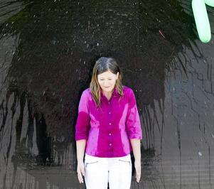Smask! Vattenballongen exploderar mot väggen någon decimeter ovanför Linnea Hedin. En fin uppoffring i det förvisso soliga men ganska kalla vädret. Men syftet är vällovligt, att samla in pengar till ett skolprojekt i Himalaya.