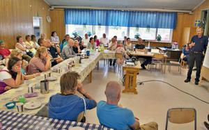 Möte i Tyngsjö skola. En levande landsbygd önskar alla. IT och kommunikation kan bidra samt fler barn för att säkra byskolor.