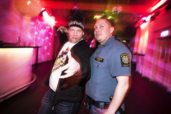Fredrik Larsson och Stefan Sundell på nattklubb på Eriksgården i Funäsdalen under den mest hektiska sportlovsveckan. – För det mesta är det här ett roligt jobb. Det är växlande och man träffar massor av folk. Vi är här för att se till att allt stämmer och blir bra, säger ordningsvakten Stefan Sundell.