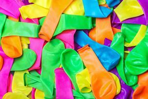 Låt inte barn suga eller slicka på ballongerna och använd gärna pump för att blåsa upp dem, råder Kemikalieinspektionen.   Foto: Shutterstock