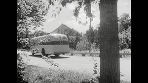 SJ:s turistbuss på väg genom Iggesund.