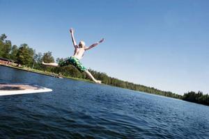 """Den som vill bada i Östersunds kommun          kan vara lugn. """"Nivån av bakterier brukar väldigt sällan vara hög i kommunen"""", säger Jari Hiltula, miljöchef i kommunen. Foto: Lars-Eje Lyrefelt"""