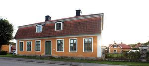 Ett av Lars tio hus, det gamla brukskontoret i Löfstabruk.