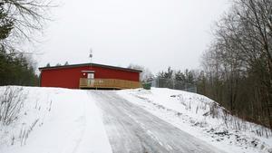 Den tillfälliga förskolan ligger på en höjd i änden av Maskinförarevägen i Sandtorp. Formellt räknas den som en avdelning, Skogsgården, på Sandtorps förskola.