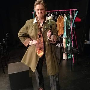 Tove Moe gör en strålande insats som gubbslemmet Herr Frisk i Studio Westmannias föreställning