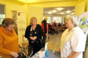 Birgit Evertsson och Eva Larsson fick tips för god tandhälsa och mot muntorrhet av Marie Duberg från Folktandvården.