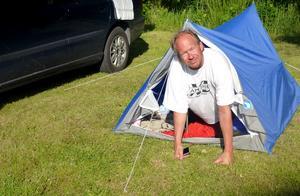 """Den natten i Danmark sov Larry jättedåligt hade svårt att ta sig ut ur tältet. Och då står Susanne där och fotar, dessutom. """"Men fatta att vi sov alla tre i det där lilla tältet..."""" Foto: privat"""