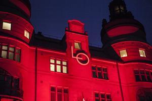 LO-borgen i röd belysning. Foto: arkiv/TT