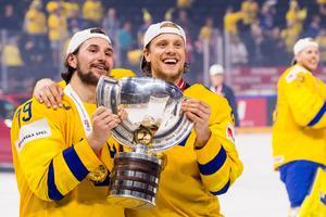 Filip Forsberg och Jacob de la Rose lyfter VM-pokalen tillsammans.Foto: Petter Arvidson / BILDBYRÅN