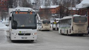 Många tar sig med buss till Sundsvall och därifrån får de skjuts upp på berget.