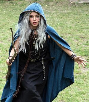 Den unga völvan (Filippa Sandlin) inleder spelet. Hon är en kvinnlig shaman, en spåkvinna och berättare.