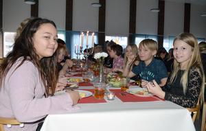 Sarah Fredriksson, Linus Leandersson och Fanny Haglund (närmast kameran) på Tunets skola gillade Nobellunchen.