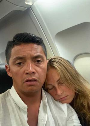 Jonatan Espinoza och Jill Östlund när de satt på flygplanet som aldrig lyfte. Bild: Privat