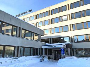 Oppositionen föreslår en särskild jurist som håller ögonen på avtal och felgrepp i region Västernorrland.
