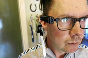Tack vare Orcam, en israelisk uppfinning, kan Göran Eriksson läsa böcker, skumma tidningar, kolla post.