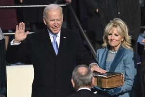 Joe Biden svärs in som USA: s 46: e president av överdomstolen John Roberts medan The First Lady Jill Biden håller i Bibeln under den 59:e presidentinstallationen i USA: s huvudstad Washington. Foto: Saul Loeb/Pool Photo via AP/TT