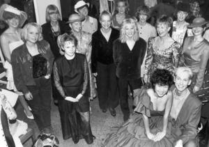 Elever, inlejda kompisar och lärare visade upp beklädnadstekniska linjens skapelser på en modevisning 1990.