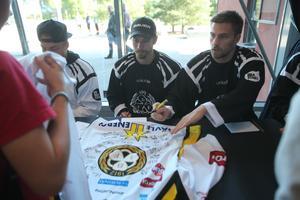 Anton Rödin och Lukas Kilström skriver autografer under Svarta mot Vita-dagen. Nu kommer det även finnas fler möjligheter att träffa spelarna under säsongen.