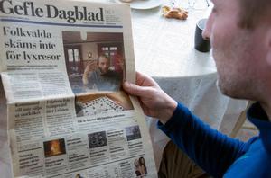 Anders Gustafsson tittar på det Gefle Dagblad från 2003 då han prydde förstasidan.