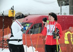 Ulrika Hellby från Mattmar och Anna Holén från Venjans AIK snackar ner loppet efter att ha gått i mål i 21 km-klassen.