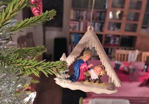 Favoritpyntet i granen har hängt där sedan dan före dopparedan, men nu – men först nu –  när vi passerat trettonhelgen och Tjugondag Knut väntar är det time att städa ut julen. Traditioner är till för att hållas – och hjälper oss att stanna upp i vardagen, hävdar ST-krönikören.