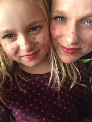 Påskhäxor är vi allihopa. Här är Sara, med sin Harry Potter-älskande dotter Ingrid.
