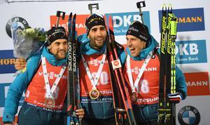 En historisk bild från världscupen i Östersund. Tre fransmän i topp på onsdagens distanstävling. Dessutom en fjärde fransos  på fjärde plats, Emilien Jaquelin. På bilden ser vi topptrion Simon Desthieux, Martin Fourcade och Quentin Fillon Maillet. Foto: TT