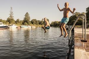 Efter att ha kolla in karusellerna, knallarna och lotteristånden hoppade bröderna Samuel och Jonathan Dalberg i Väddö kanal.