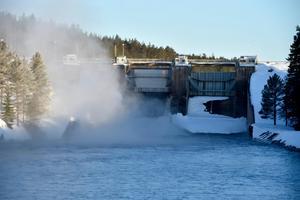 På tisdagsmorgonen öppnades dammluckorna vid Åsens kraftstation, luckorna ska förbli öppna hela sommaren.